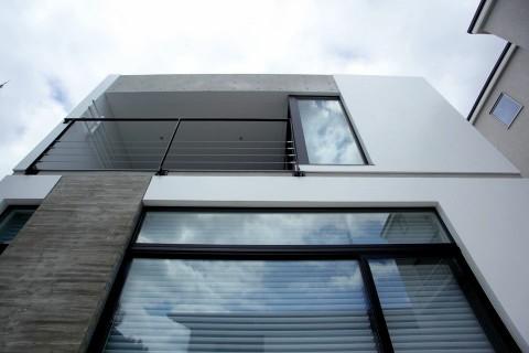 高低差の敷地に建つスキップフロアの家/白壁ノイエ