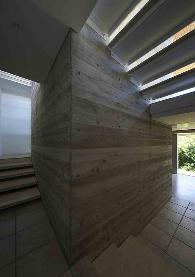 葉山別邸/傾斜地に建つ段床の家_03