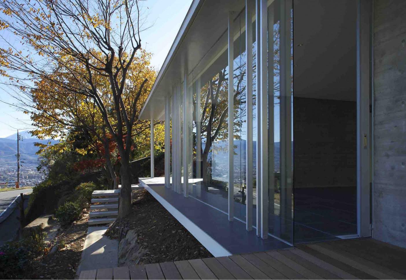 愛宕山の家・グラスハウス#2 / 擁壁の上に建つ住宅_05
