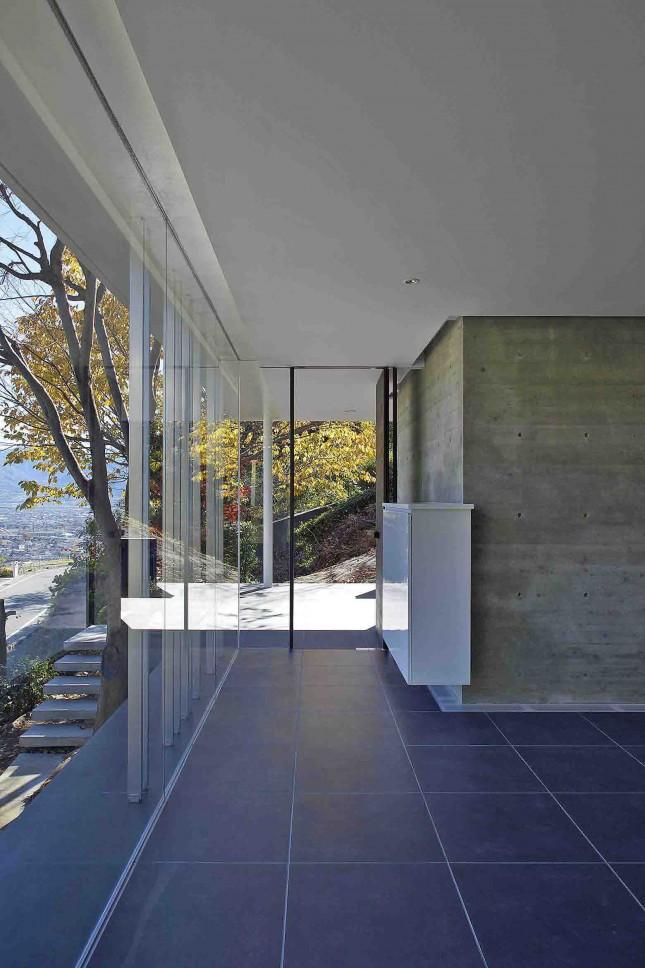愛宕山の家・グラスハウス#2 / 擁壁の上に建つ住宅_02