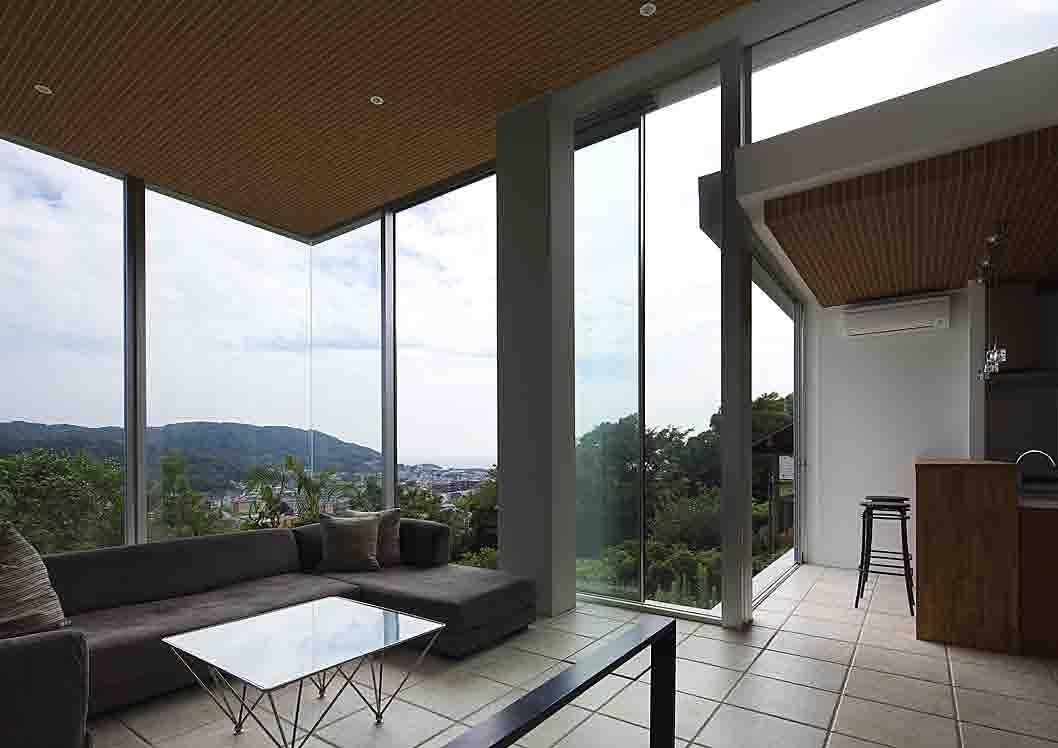 葉山別邸/傾斜地に建つ段床の家_02