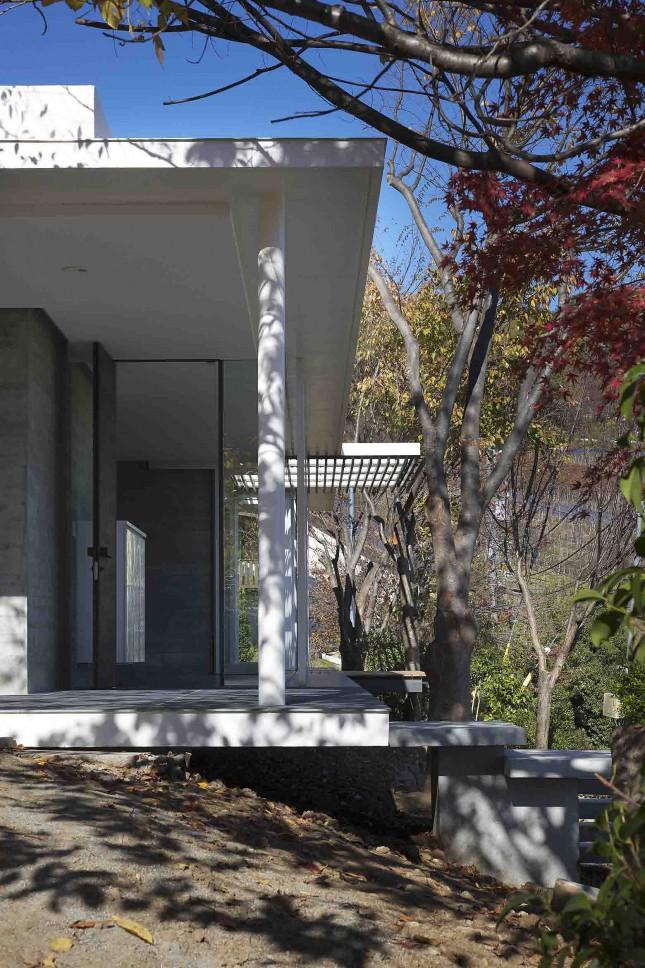 愛宕山の家・グラスハウス#2 / 擁壁の上に建つ住宅_03