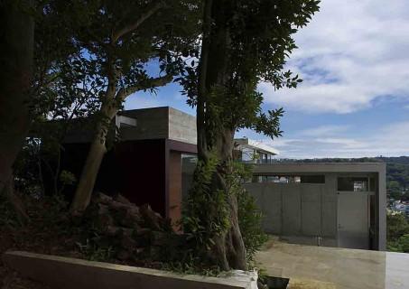葉山別邸/傾斜地に建つ段床の家