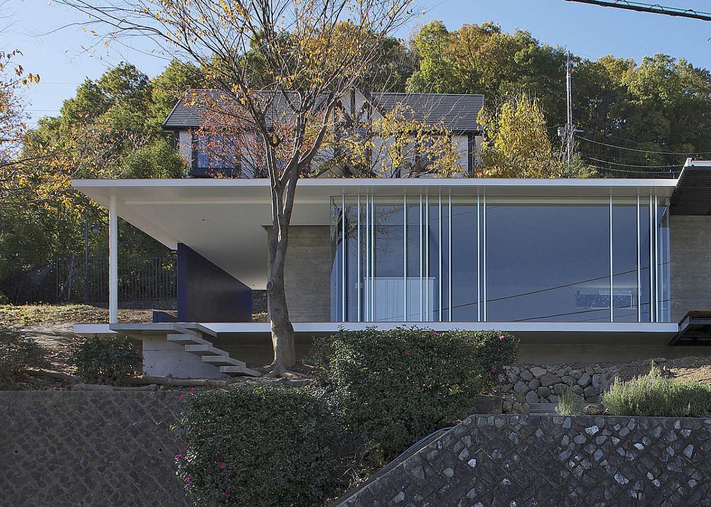 愛宕山の家・グラスハウス#2 / 擁壁の上に建つ住宅_01