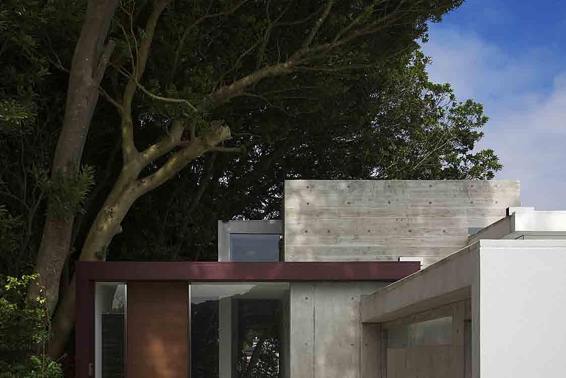 葉山別邸/傾斜地に建つ段床の家_04