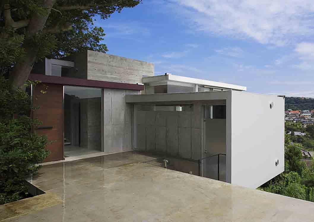 葉山別邸/傾斜地に建つ段床の家_06