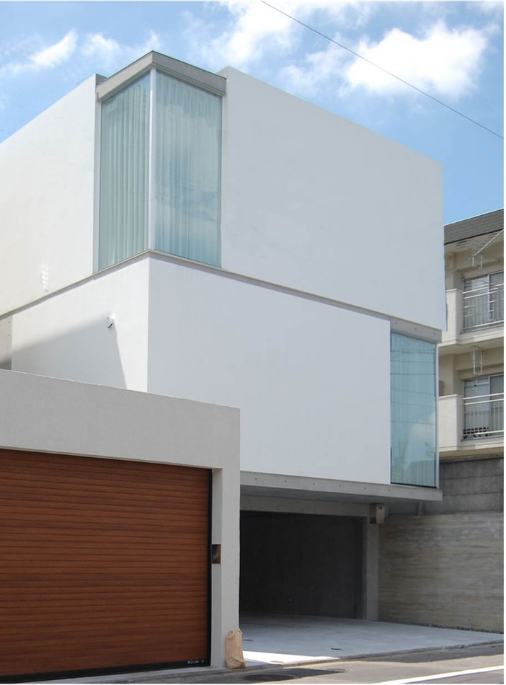 高低差の敷地に建つスキップフロアの家/白壁ノイエ_06
